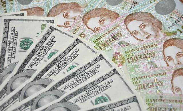 É melhor usar pesos uruguaios ou dólares no Uruguai