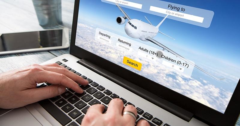 Pessoa procurando passagem aérea