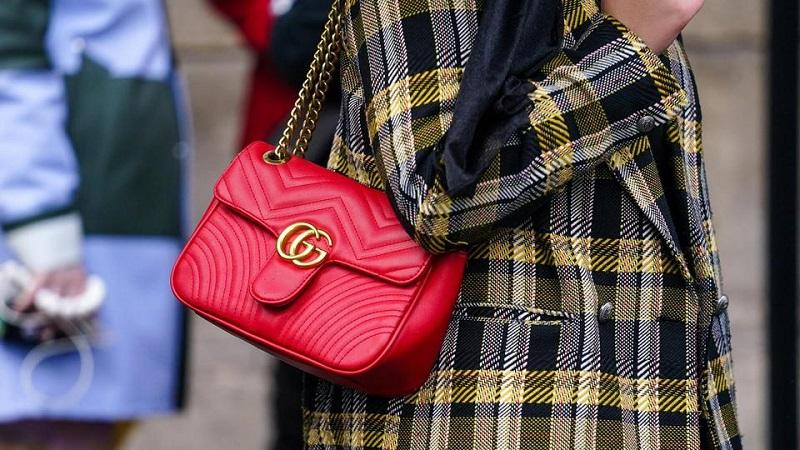 Mulher usando bolsa