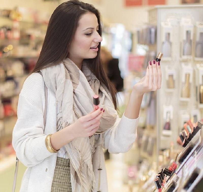 Mulher comprando maquiagem