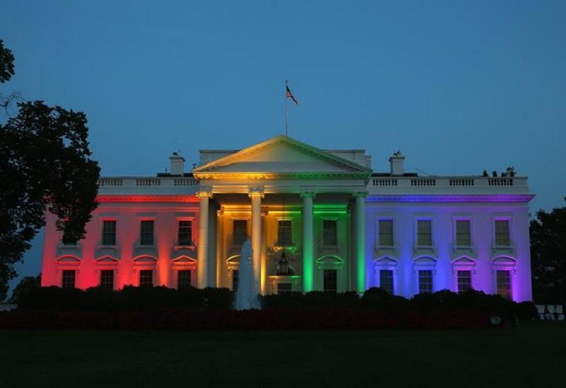 Ponto turístico iluminado com cores LGBTI no Uruguai